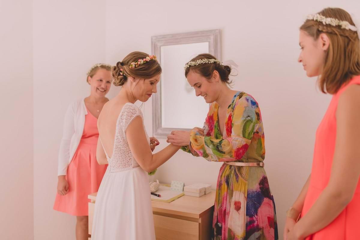 Une mariée avec ses témoins